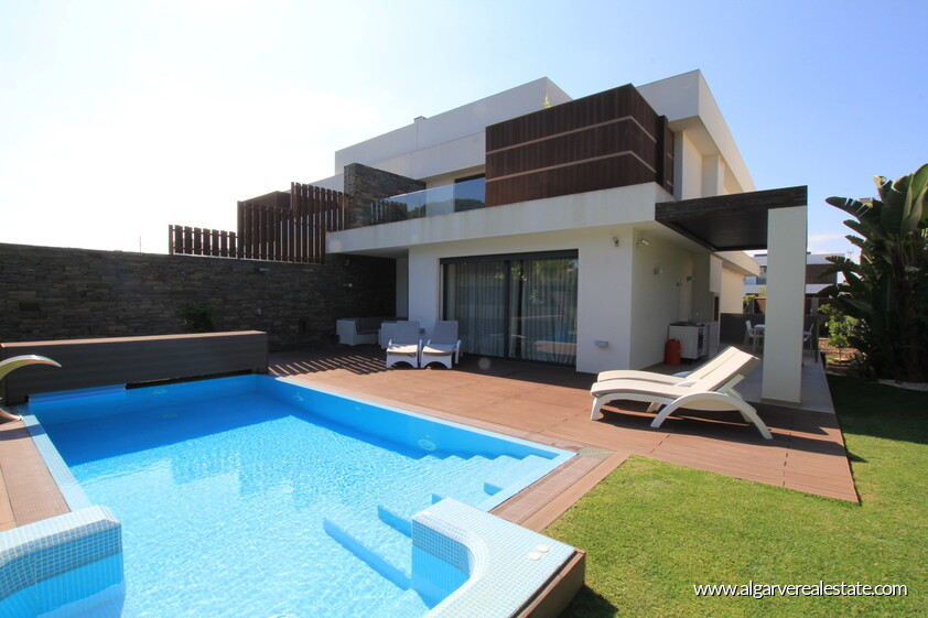 4 bedroom Villa +2 located in Olhos d'agua the distance Beach