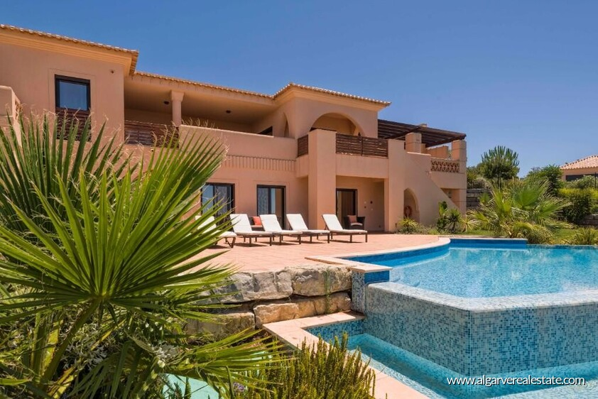 Villa with 4 bedrooms and private pool located in front of the golf