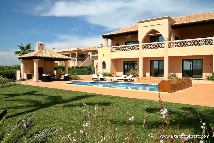 Villa with 5 bedrooms and private pool located in front of the golf
