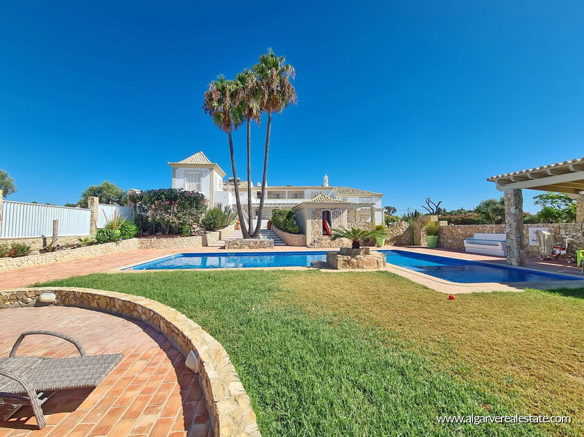 House with 7 bedrooms and swimming pool located in Santa Barbara de Nexe