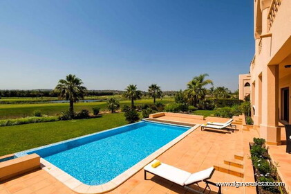 Villa with 4 bedrooms and swimming pool in front of golf