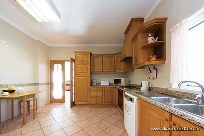 Detached single storey with 3 bedrooms, pool and sea views - 5