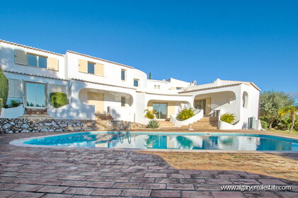 Typical Portuguese villa, 5 bedrooms and swimming pool located near Faro