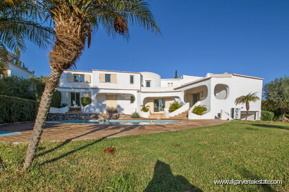 Typical Portuguese villa, 5 bedrooms and swimming pool located near Faro - 0
