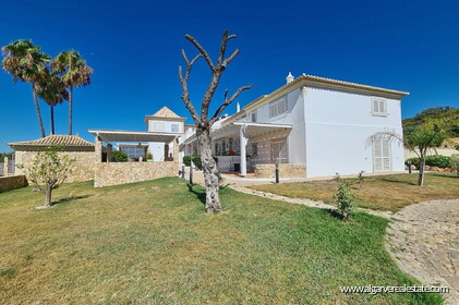 House with 7 bedrooms and swimming pool located in Santa Barbara de Nexe - 16