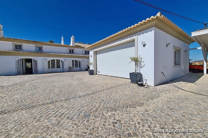 House with 7 bedrooms and swimming pool located in Santa Barbara de Nexe - 18