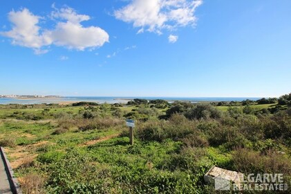 Plots for villas with exceptional views of the sea and golf