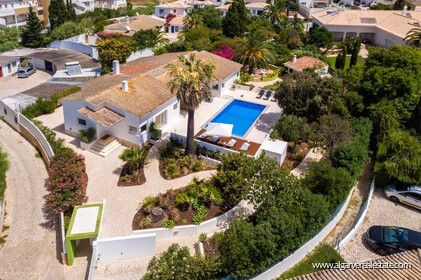 4 bedroom villa for sale in front of Praia da Luz • Algarve