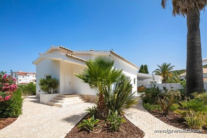 4 bedroom villa for sale in front of Praia da Luz • Algarve - 17