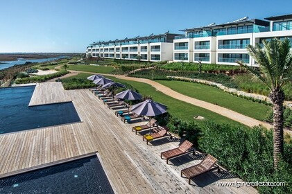 2 bedroom apartment, condominium modern lines, on the first line of the Ria Formosa Natural Park