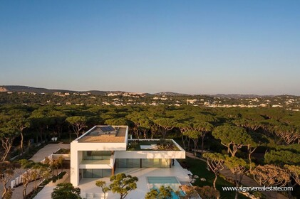 Contemporary luxury villa with seven bedrooms located in Vilamoura