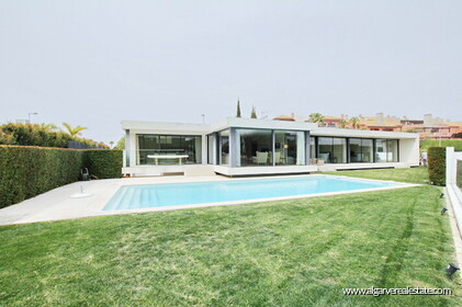 Single storey V4 + 1 villa with golf views in Vilamoura