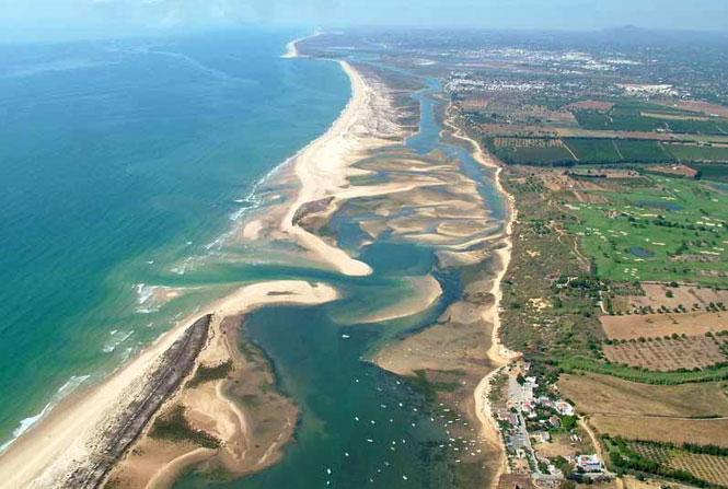vista aerea da Ria Formosa, com costa e oceano