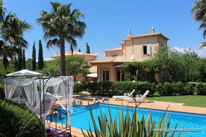 Villa with 3 separate apartments-Loulé